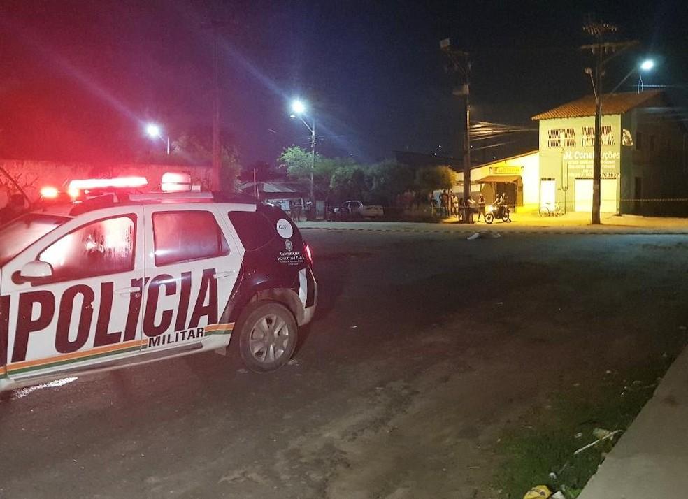 Homem foi morto a tiros na comunidade Rosalina, no Parque Dois Irmãos. — Foto: Rafaela Duarte/ Sistema Verdes Mares