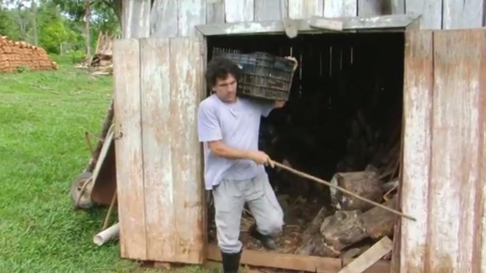 Agricultor de Guarapuava ficou cego há cerca de dois anos, se adaptou e continua a trabalhar no campo — Foto: Reprodução/RPC