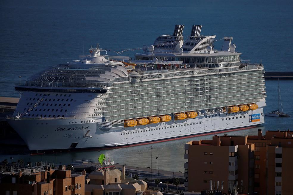 O maior navio de cruzeiro do mundo, da Royal Caribbean Cruises, o Symphony of the Seas, com 362 metros de comprimento, durante sua cerimônia de apresentação mundial, ancorado em um porto em Málaga, Espanha, 27 de março de 2018. — Foto: Jon Nazca/Reuters/Arquivo