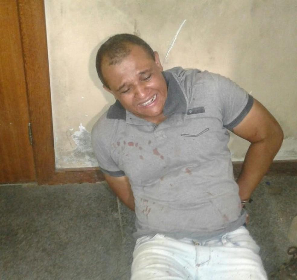 Suspeito foi preso em flagrante após atacar padre com facão em Feira de Santana (Foto: Aldo Matos/Acorda Cidade)