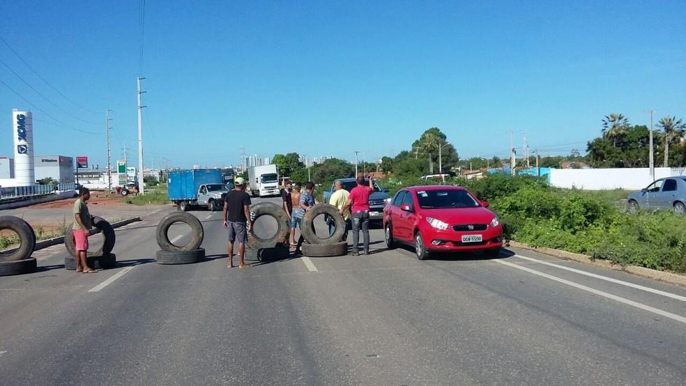 Caminhoneiros usaram pneus para fechar parcialmente a rodovia (Foto: PRF/Divulgação)