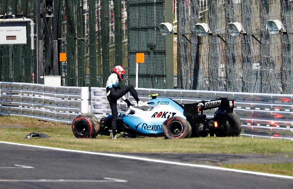Kubica deixa o carro após sofrer acidente no treino de classificação no Japão — Foto: REUTERS/Kim Hong-Ji/Pool