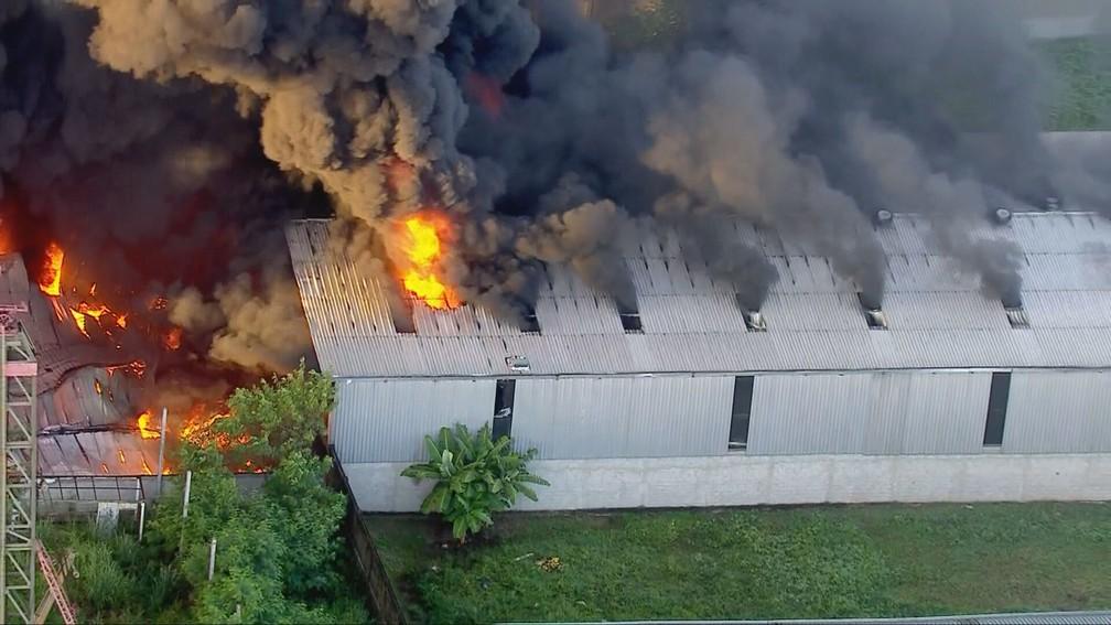 Galpão fica próximo à Rodovia Washington Luiz — Foto: Reprodução/TV Globo