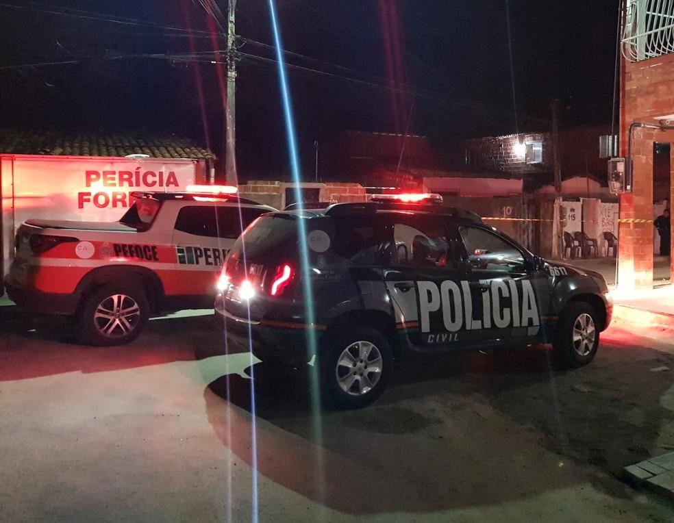 Dupla armada invade casa e mata mulher na frente das filhas, em Caucaia. — Foto: Rafaela Duarte/ SVM