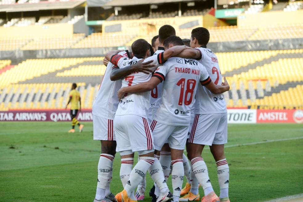Flamengo comemora vitória em Guayaquil — Foto: Staff Images / CONMEBOL