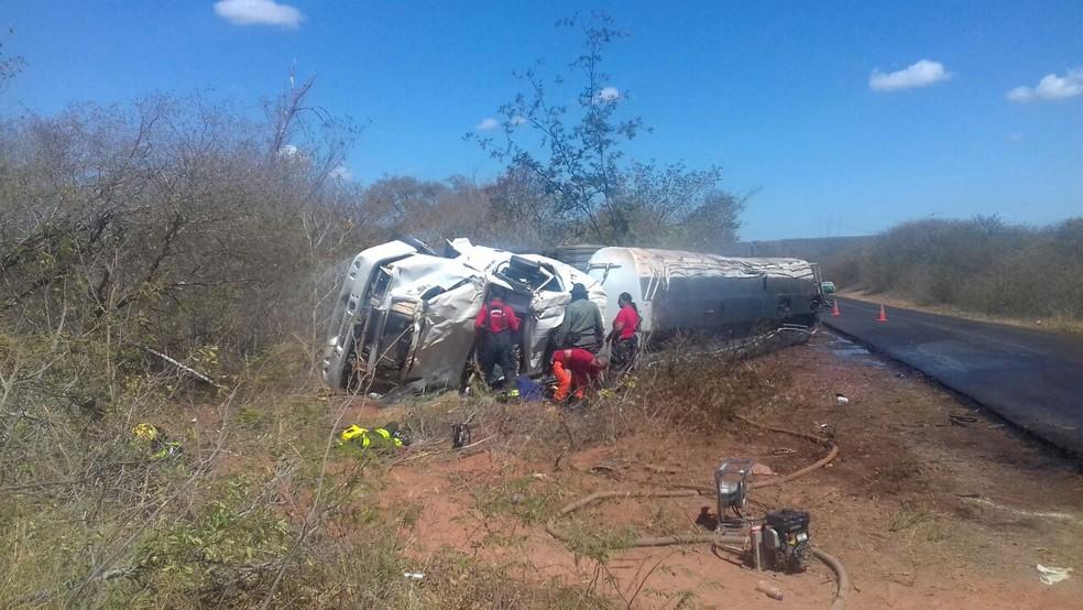 Caminhão carregado de combustível tombou  na BR-135 (Foto: Divulgação/PRF)