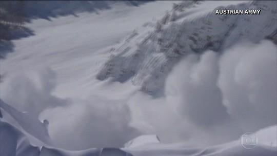 Exército explode bombas para retirar neve acumulada nos alpes da Áustria
