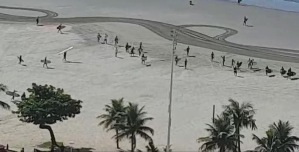 Surfistas se reuniram em praia para pedir a liberação do esporte no litoral de SP — Foto: G1 Santos