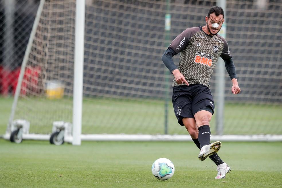 Réver em treino do Atlético, com proteção no nariz — Foto: Bruno Cantini/Atlético-MG