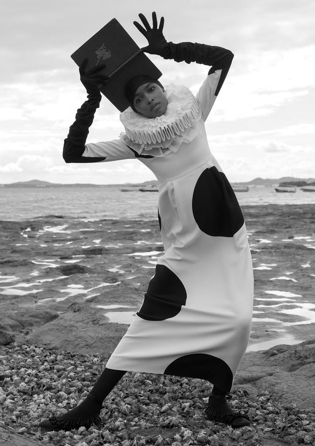 Blésnya Minher usa vestido, R$ 21.500, Valentino. Headpiece, Heather Huey; golas, Boca de Cena; luvas, Marc Jacobs; meia-calça, Fogal; sapatos, Mulberry (Foto: Zee Nunes)