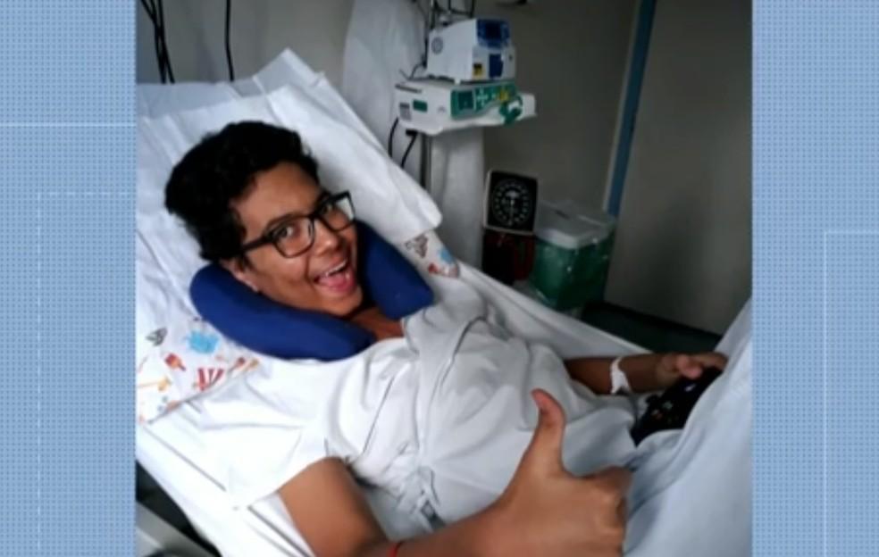Matheus Guimarães faz sinal de positivo durante o processo de recuperação — Foto: Reprodução/ TV Globo