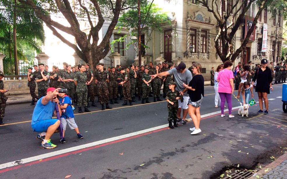 Pais e filhos se divertem no desfile cívico (Foto: Henrique Mendes/G1)