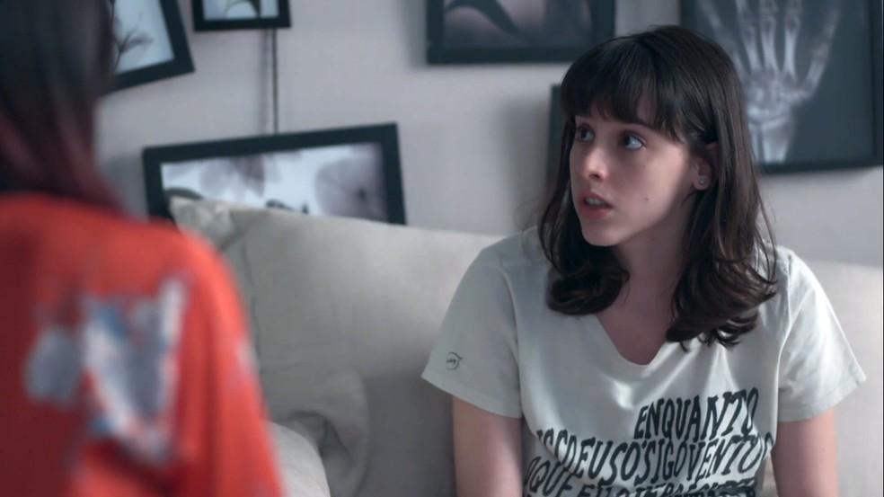Lica (Manoela Aliperti) se surpreende com o que os amigos contam — Foto: Globo
