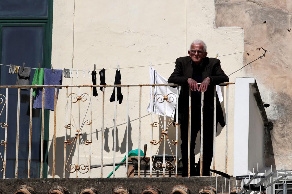Um homem é visto na varanda durante isolamento em Amalfi, na Itália, durante isolamento do país para evitar a propagação do novo coronavírus  — Foto:  Ciro De Luca/Reuters