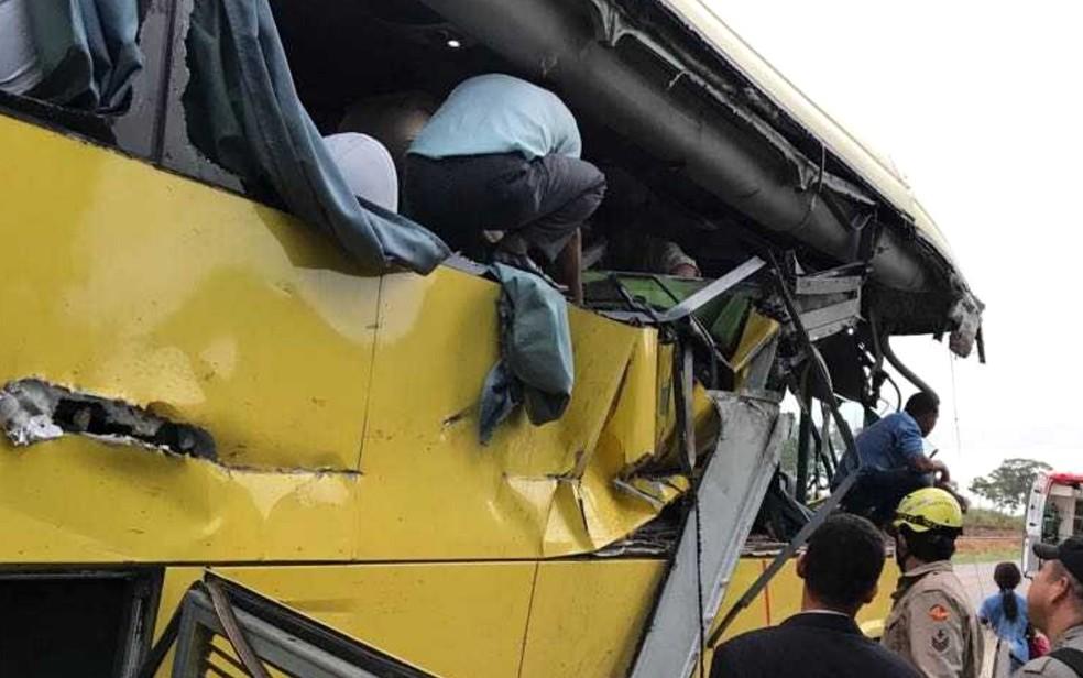 Lâminas da máquina agrícola cortaram a lateral do ônibus em acidente na GO-080 (Foto: Corpo de Bombeiros/ Divulgação)