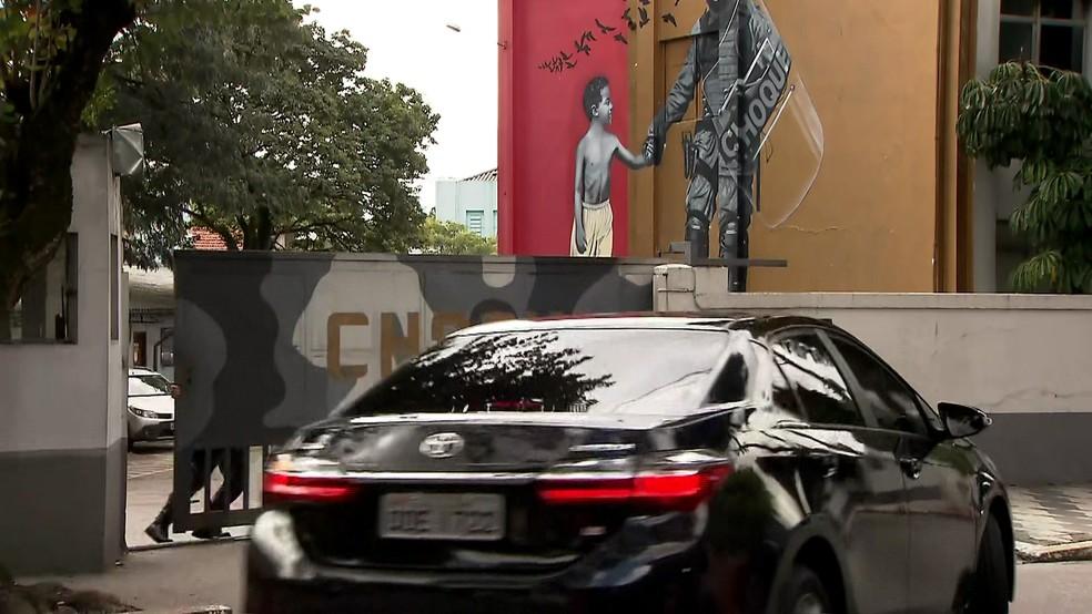 Carro da defesa de Michel Temer chega ao Comando de Policiamento de Choque de São Paulo — Foto: GloboNews/Reprodução