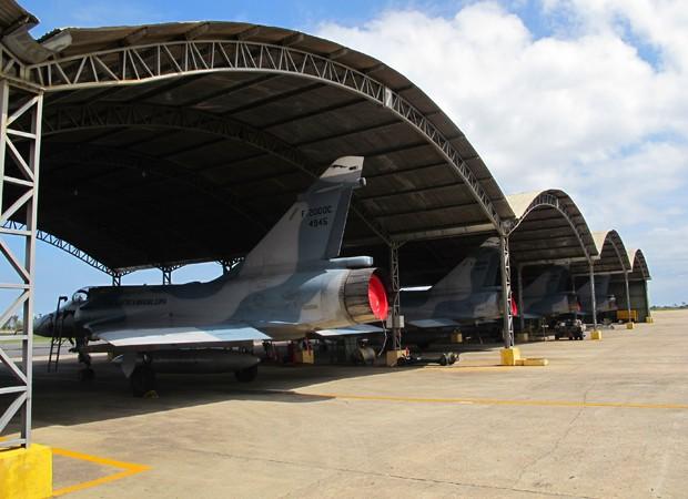 4 caças Mirage ainda aguardam destinação em Anápolis (Foto: Tahiane Stochero/G1)