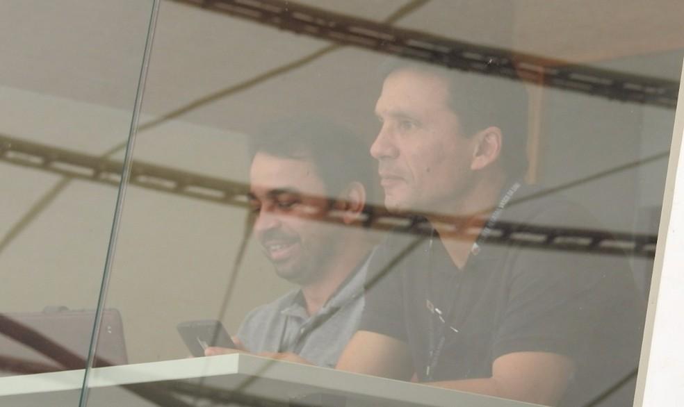 Zé Ricardo observa o clássico entre Vasco e Fluminense, no Maracanã (Foto: Fred Huber)