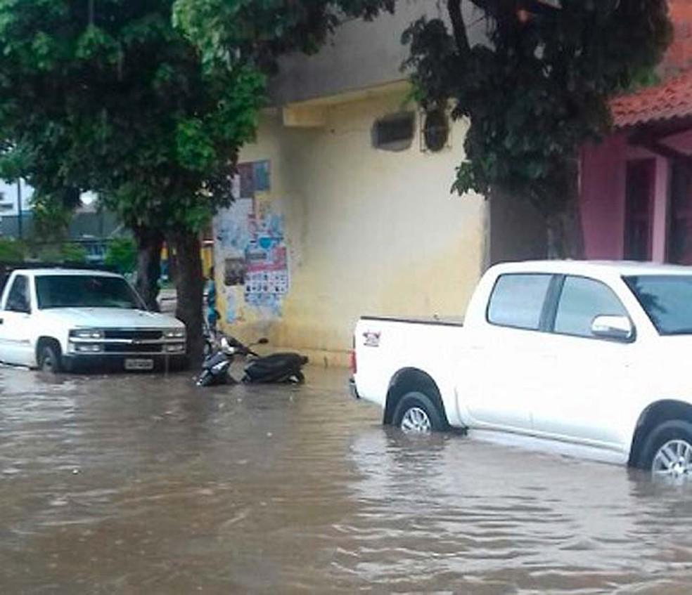 Moto quase fica submersa por conta dos alagamentos em Ipiaú (Foto: Giro Ipiaú)