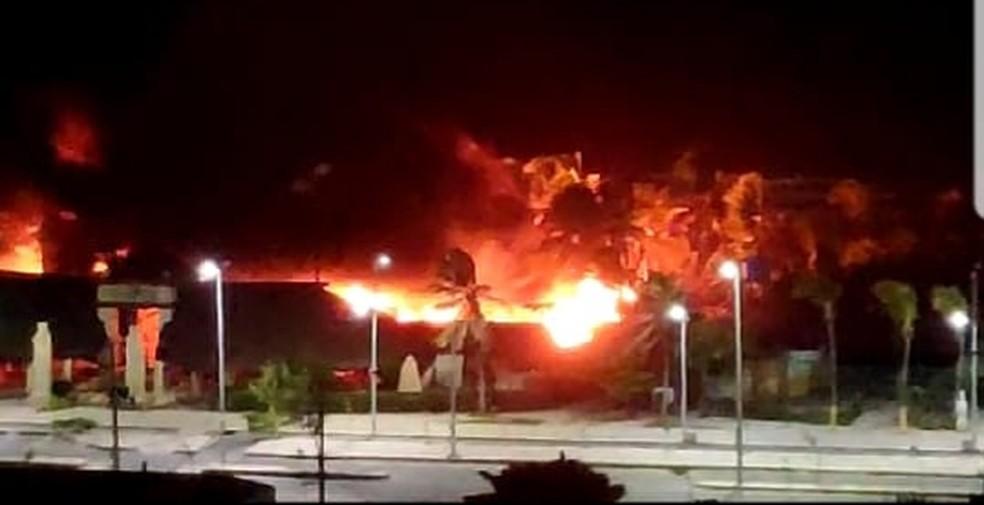 Um incêndio de grandes proporções atingiu barracas na Praia do Futuro na madrugada desta quinta-feira (27) — Foto: Reprodução