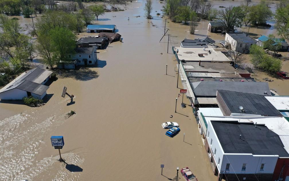 Vista aérea da rua principal alagada em Sanford, Michigan, após as águas do rio Tittabawassee romperem represa, na quarta-feira (20) — Foto: Gregory Shamus/Getty Images/AFP