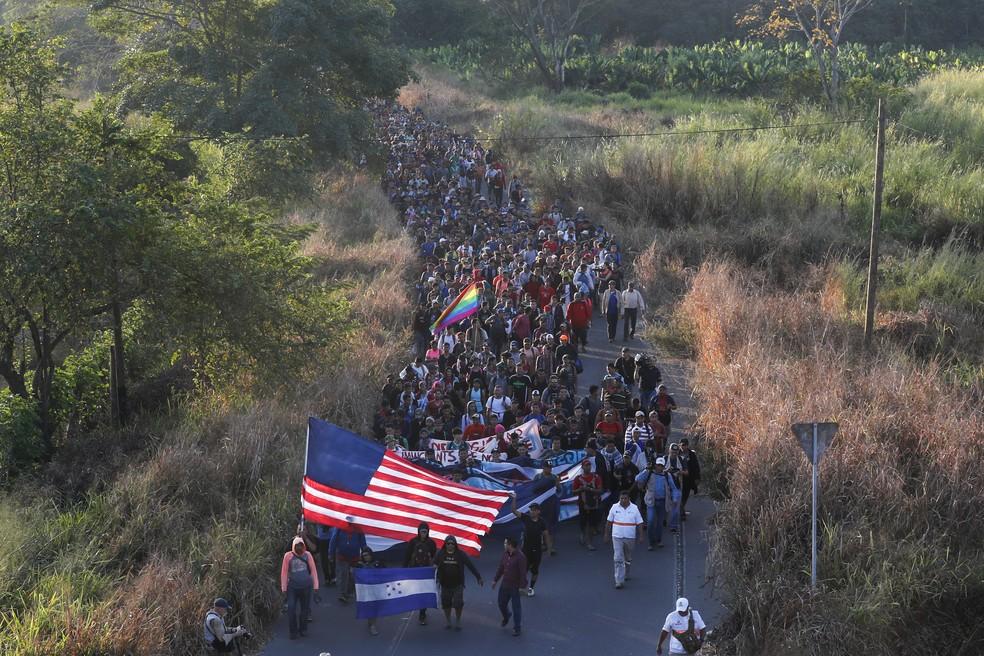 Migrantes de caravana carregam bandeiras dos EUA e de Honduras ao passarem pelo sul do México em janeiro de 2021. — Foto: Marco Ugarte/AP Photo