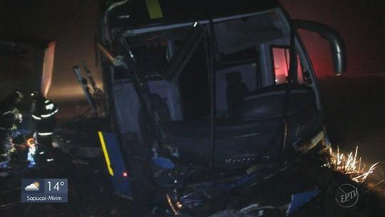 Acidente entre ônibus e caminhão deixa um morto e dois feridos na BR-267, em Cambuquira, MG