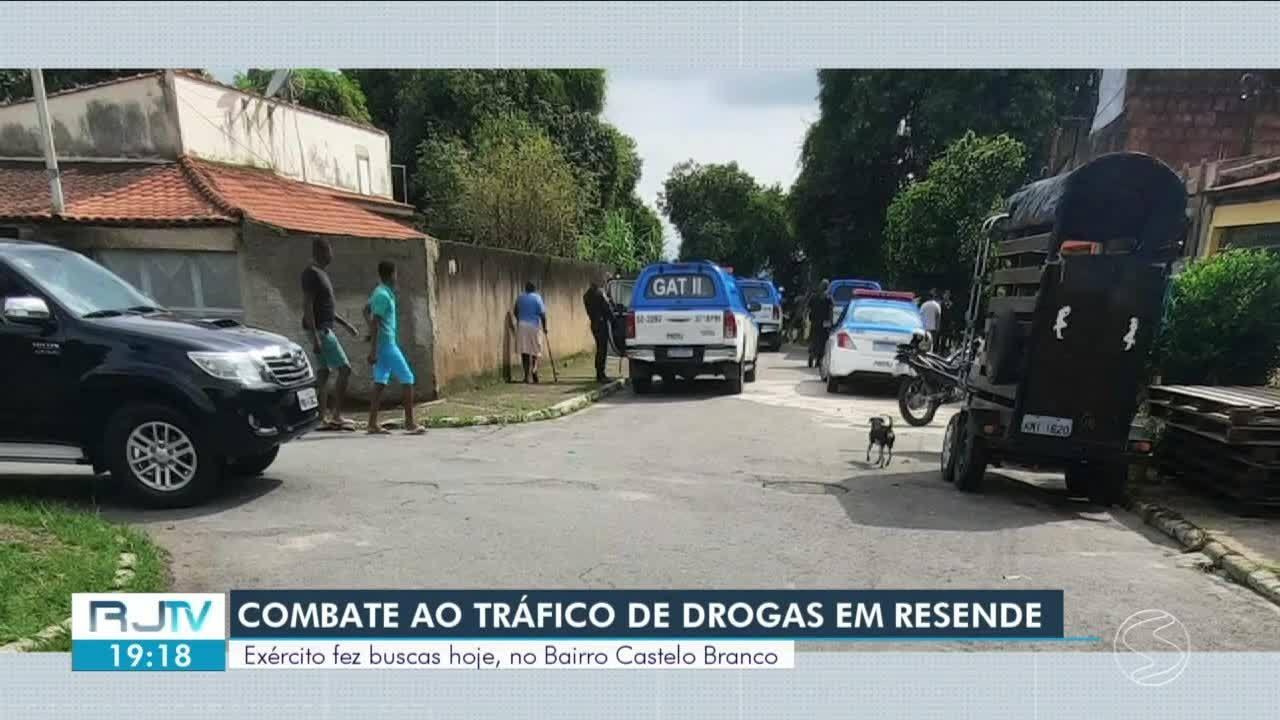 Após ação de criminosos, Exército faz buscas no bairro Castelo Branco, em Resende.