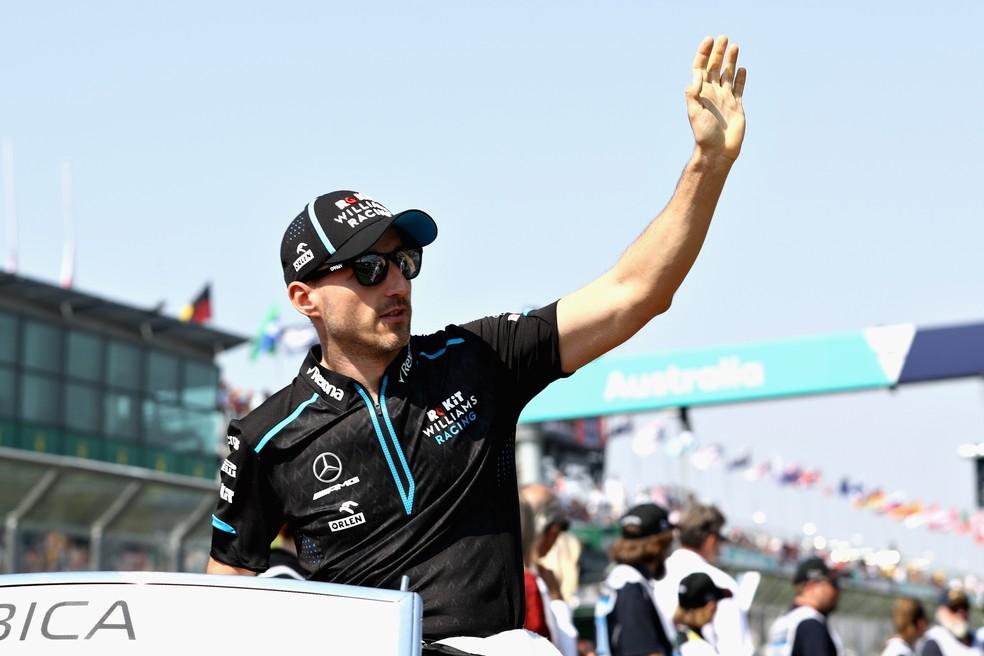 Robert Kubica acena para a torcida no desfile dos pilotos em Melbourne — Foto: Getty Images
