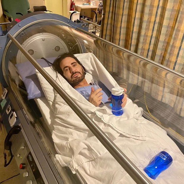 Marc Jacobs em câmara de oxigênio após cirurgia estética (Foto: Reprodução/Instagram)