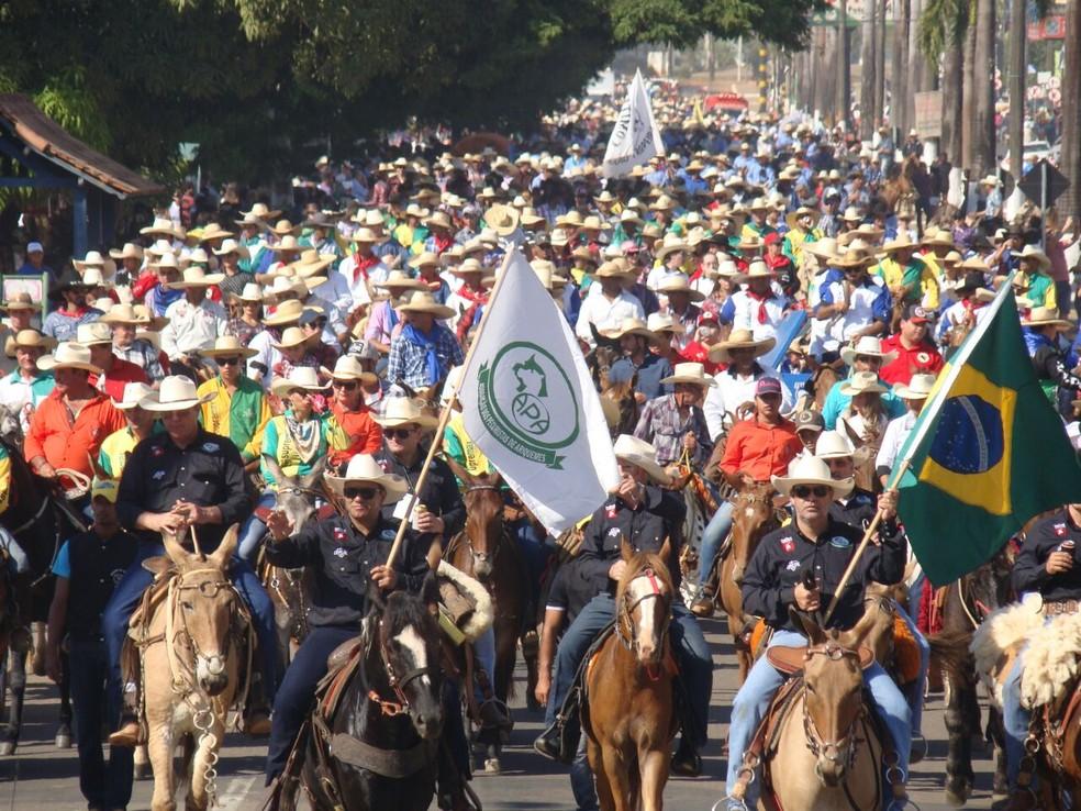 Cavaleiros percorreram avenida de Ariquemes na cavalgada em 2017 (Foto: APA/Divulgação)