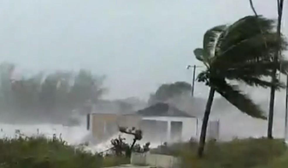 Imagens mostram a força dos ventos na chegada do furacão Dorian às Bahamas no domingo (1º). — Foto: Reprodução/Globonews