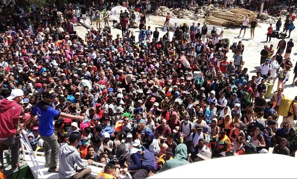 Centenas de pessoas aguardam para deixar ilha de Gili Trawangan, perto da ilha de Lombok, após tremor que atingiu a região  (Foto: Indonesia Water Police / AFP)