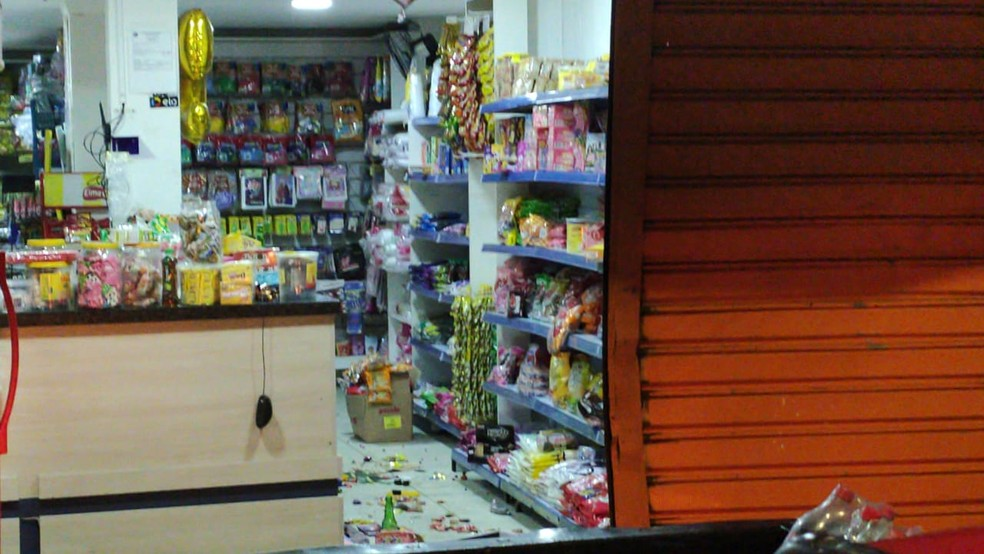 Lojas foram arrombadas na noite desta quarta-feira (9), no bairro de Tancredo Neves — Foto: Arquivo Pessoal