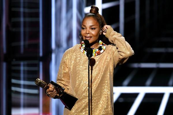 Janet Jackson recebendo premiação no 2018 Billboard Music Awards  (Foto: Getty Images)