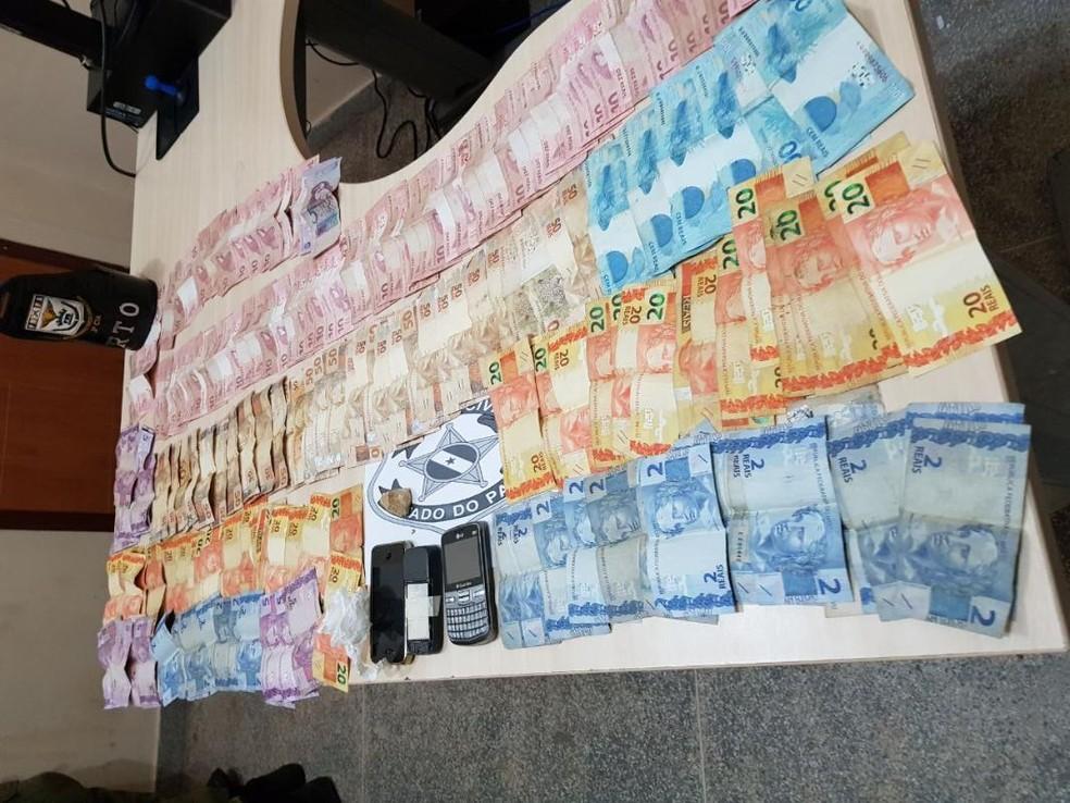 -  Polícia apreendeu droga, celulares e cerca de R$ 4 mil com mulher acusada de tráfico de drogas em Magalhães Barata, no nordeste do Pará  Foto: Ascom/