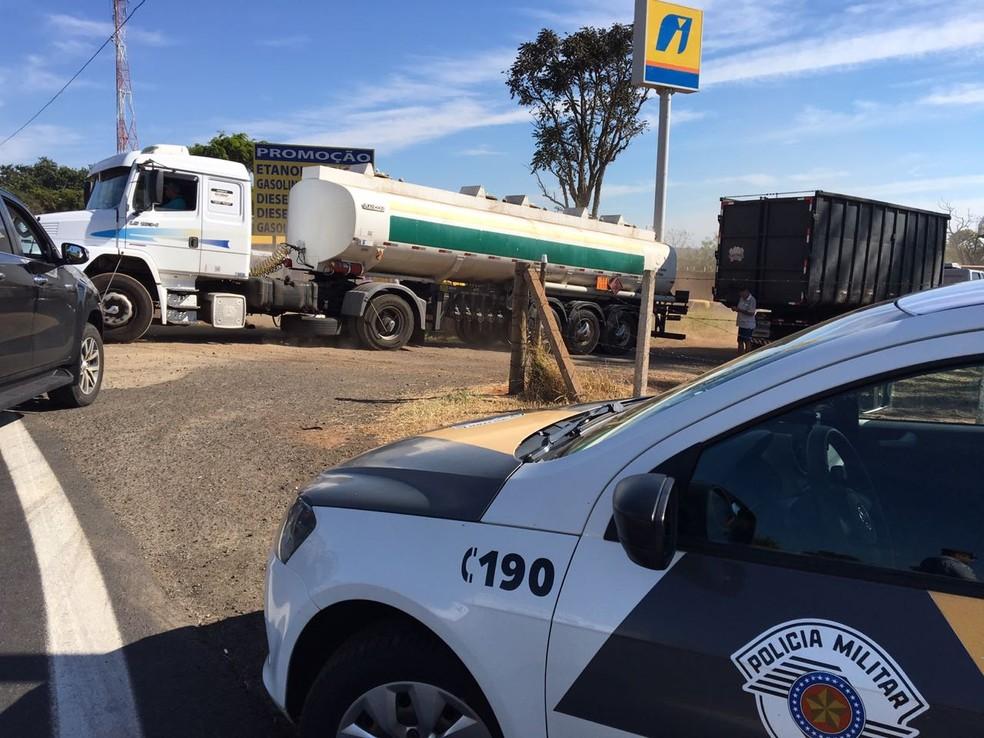 Caminhão-tanque saindo de ponto de protesto em Pederneiras (SP) (Foto: William Silva/TV TEM)