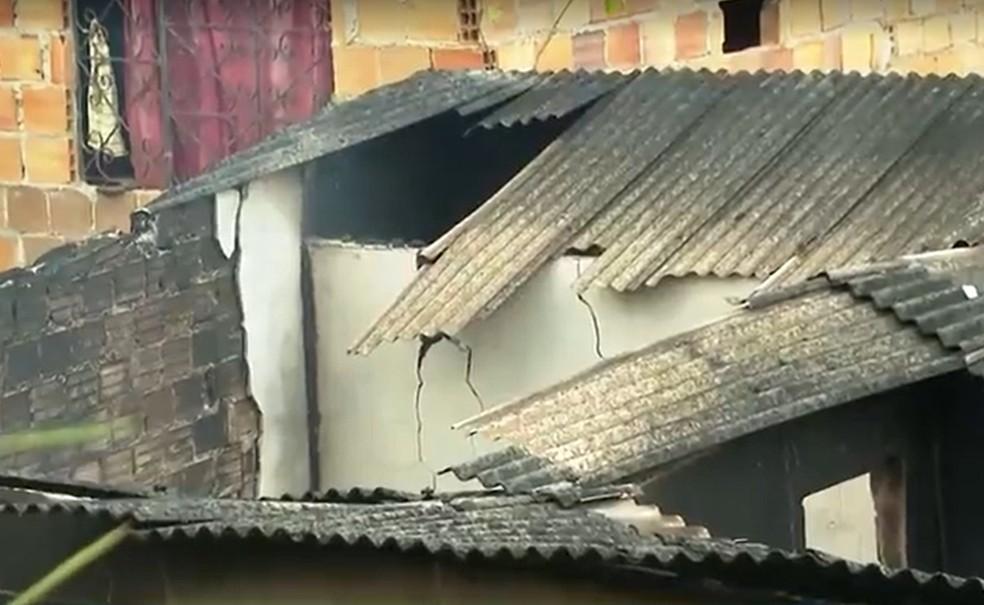 Imóvel onde a criança foi encontrada morta foi destruído por um incêndio — Foto: Reprodução/TV Bahia
