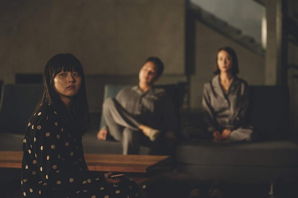 Jung Ji-so, Lee Sun-kyun e Jo Yeo-jeong em cena de 'Parasita' — Foto: Divulgação