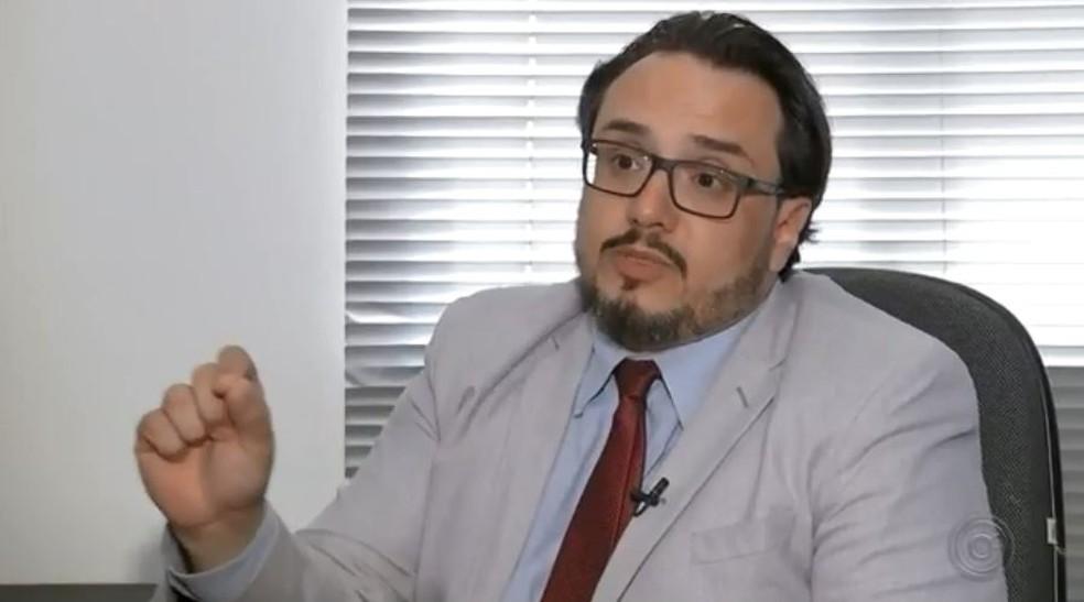 Para Victor Canuto, vice-presidente da Comissão de Direitos do Consumidor da OAB-Bauru, placas não tiram responsabilidades dos estabelecimentos — Foto: TV TEM/Reprodução
