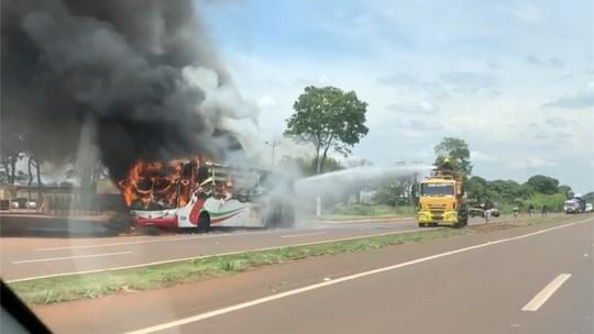 Ônibus de passageiros pega fogo em rodovia de MS; veja vídeo