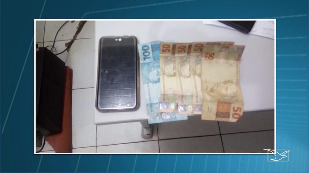 Com a dupla foram apreendidos celulares, dinheiro e outros objetos que ajudavam na prática dos assaltos (Foto: Reprodução/ TV Mirante)