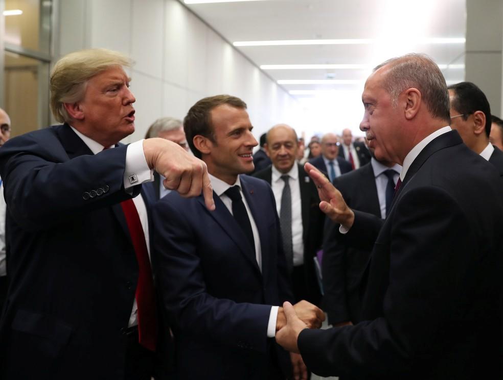 Os presidente dos EUA, Donald Trump, da França, Emmanuel Macron, e da Turquia, Tayyip Erdogan, conversam nesta quarta-feira (11) na sede da Otan em Bruxelas (Foto: Murat Cetinmuhurdar/Presidential Palace/Handout via Reuters)