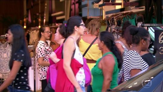 A 10 dias do Natal, milhares vão às compras em ruas de comércio popular em SP