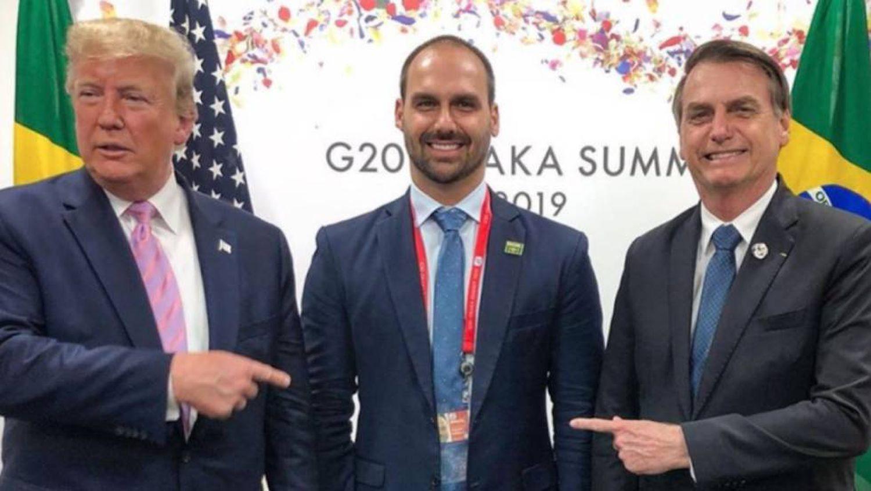 Eduardo ao lado do pai e de Trump, no encontro do G20, em foto publicada noInstagram