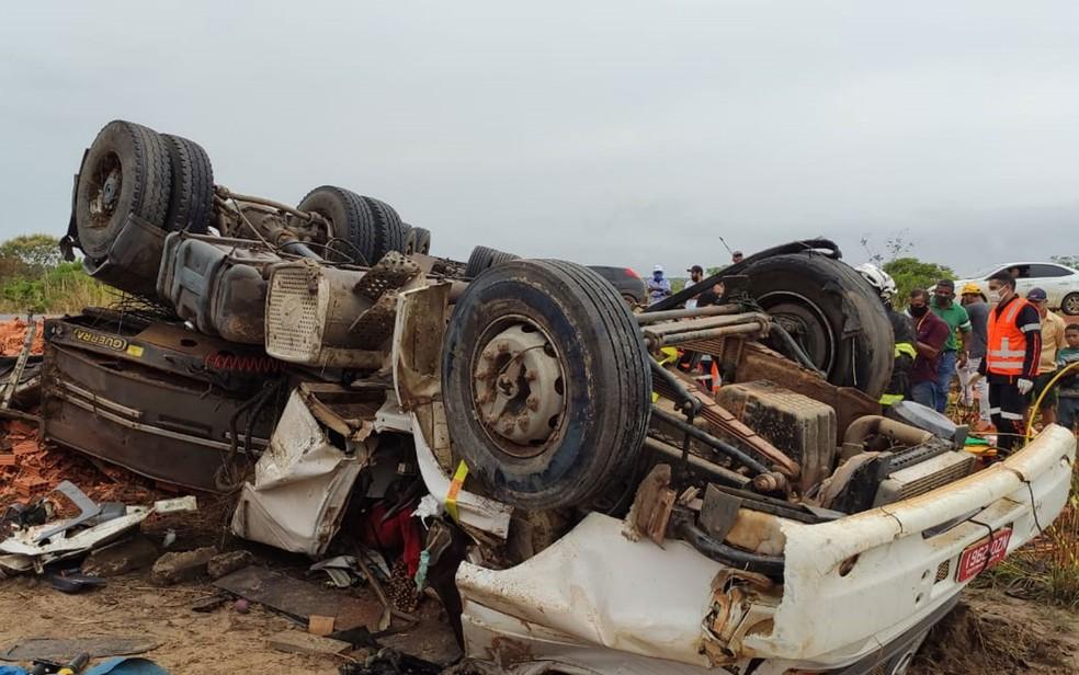 Caminhão tombou na BR-242, trecho de Luís Eduardo Magalhães, no oeste da Bahia — Foto: Divulgação/2º SGBM