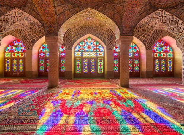 Os vitrais fazem com que a luz seja refletida de diversas cores no interior (Foto: Alamy/  Reprodução)