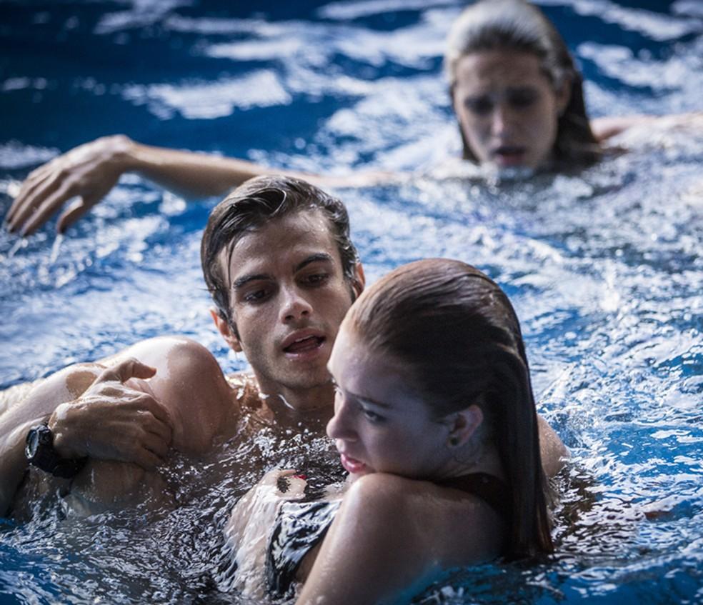 Fabinho (Daniel Blanco) aparece para salvar Eliza (Marina Ruy Barbosa) — Foto: Inácio Moraes/Gshow