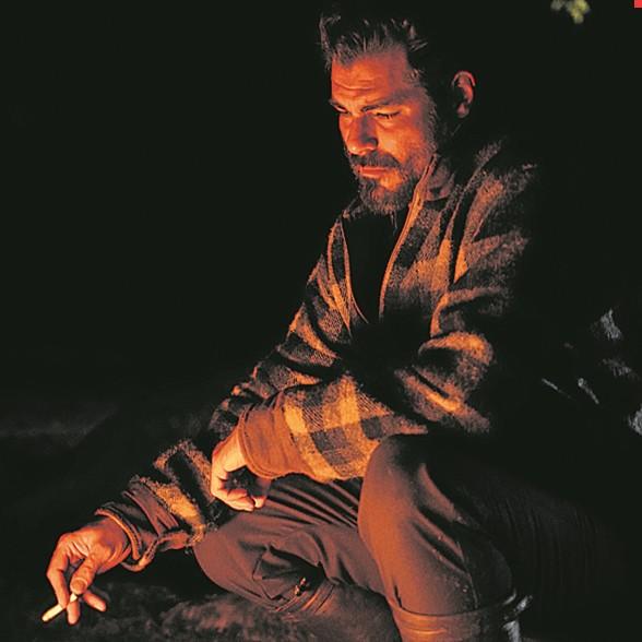 Thiago Lacerda numa cena do filme 'Além de nós' (Foto: Divulgação)