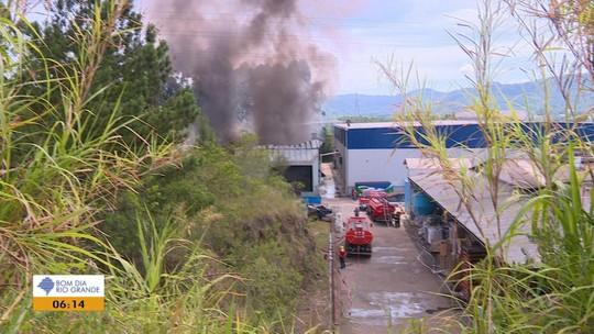 Incêndio atinge depósito de fábrica de embalagens em Feliz